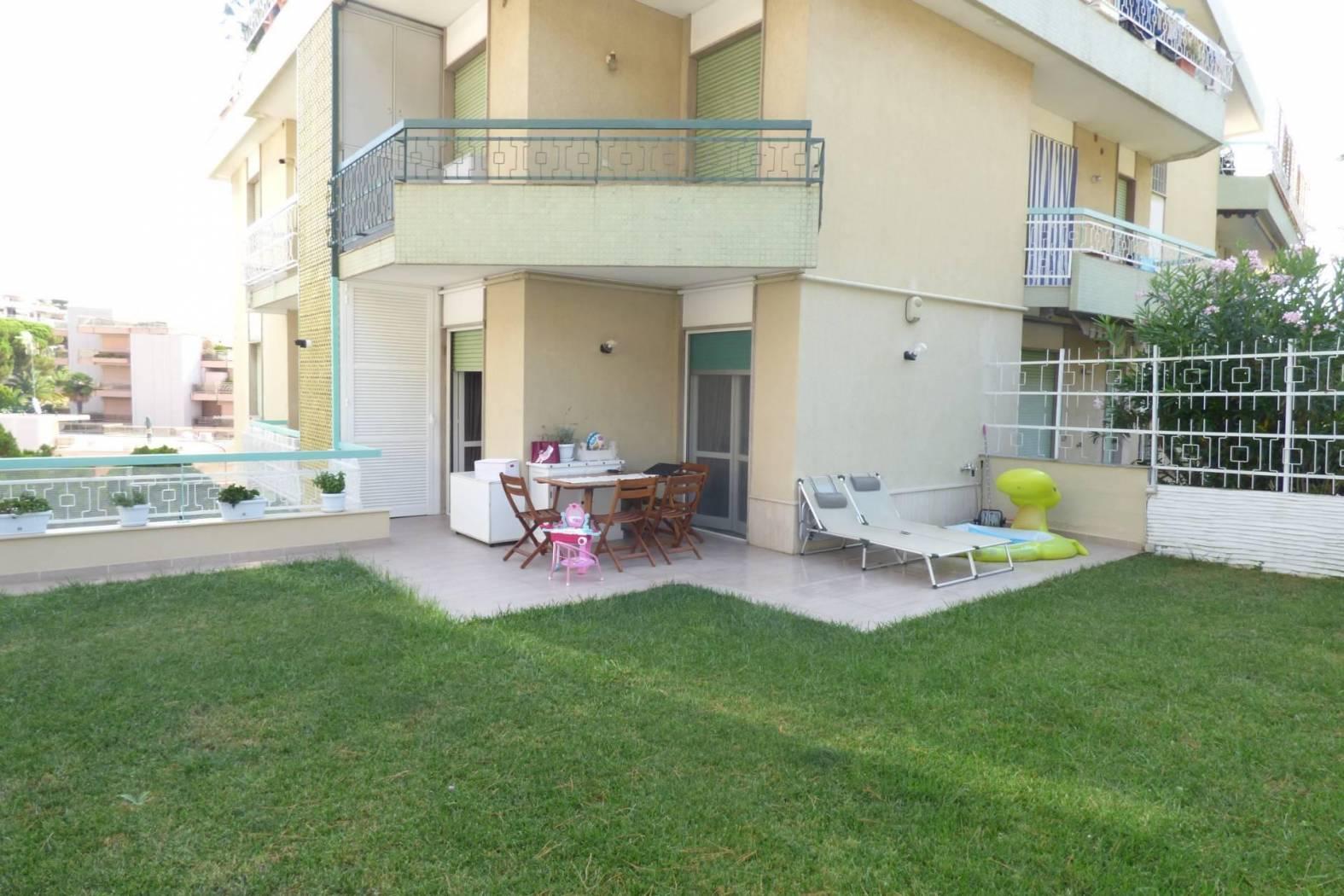 Апартамент с частным садом в Санремо